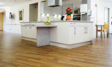 wineo Bodenbelag Holzoptik in der Küche im Altenheim