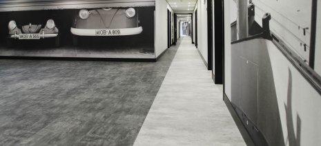 wineo Bodenbelag Steinoptik hell und dunkel im Hotel mit Autos