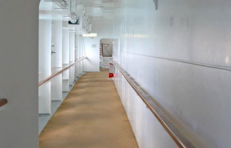 wineo Bodenbelag Orange auf dem Schiff mit Geländer