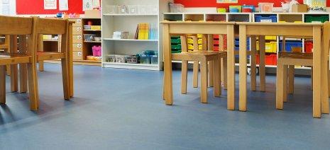wineo Bodenbelag Blau Rollenware Kindergarten mit Tisch und Stühlen