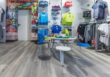 wineo Bodenbelag Holzoptik Grau im Geschäft mit Kinderbekleidung