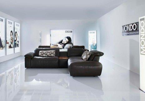 wineo Bodenbelag glänzend weiß im Wartebereich mit Sofa