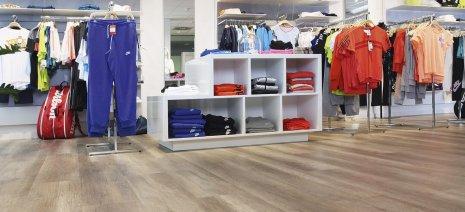 wineo Bodenbelag Holzoptik im Kleidungsgeschäft mit Regal