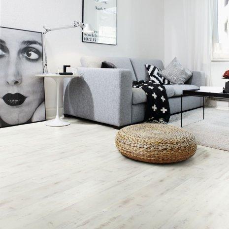 wineo Designboden im Wohnzimmer mit Sofa