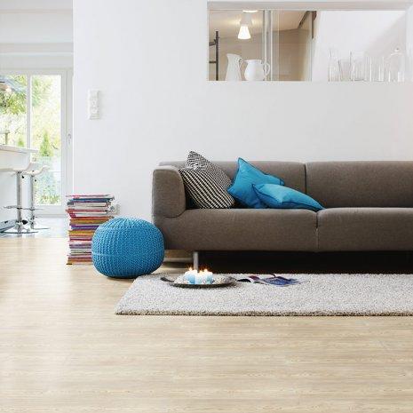 wineo Bodenbelag im Wohnzimmer mit Sofa und Teppich