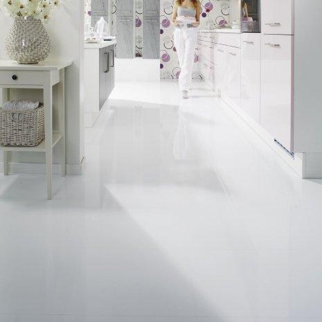 wineo Laminatboden in Küche mit Einrichtung und Frau