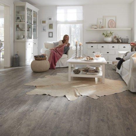 wineo Laminatboden im Wohnzimmer mit zwei Frauen