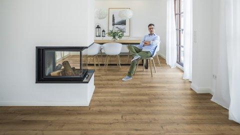 wineo Designboden VInylboden im Esszimmer Wohnzimmer Eiche Rustikal Kamin und Mann