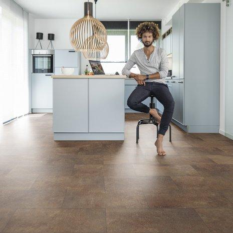 wine Designboden in Küche mit Mann