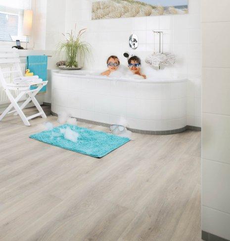 wineo Bodenbelag Holzoptik im Badezimmer mit Badewanne und Kindern