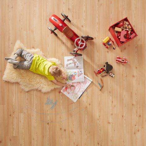 wineo Bodenbelag Purline Bioboden Holzoptik mit einem spielenden Kind