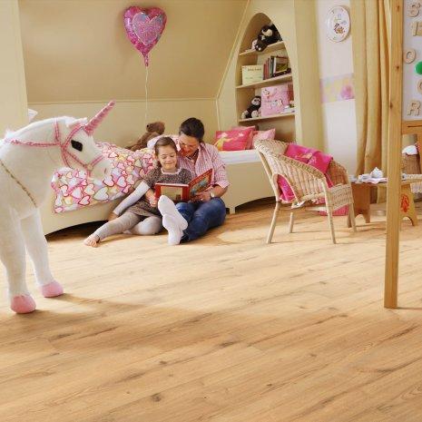 wineo Bodenbelag Purline Bioboden im Kinderzimmer mit Kind und Mutter