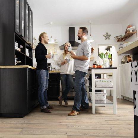 wineo Bodenbelag Laminat in der Küche mit Freunden
