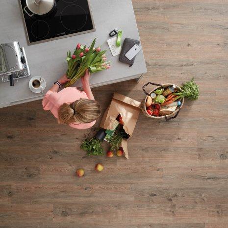 wineo Bodenbelag Purline Bioboden in der Küche mit frischen Einkäufen