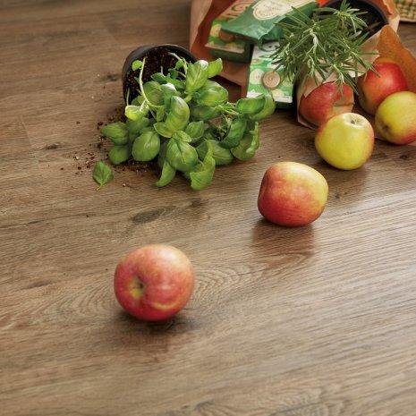 wineo Bodenbelag Purline Bioboden Holzoptik mit frischen Äpfeln