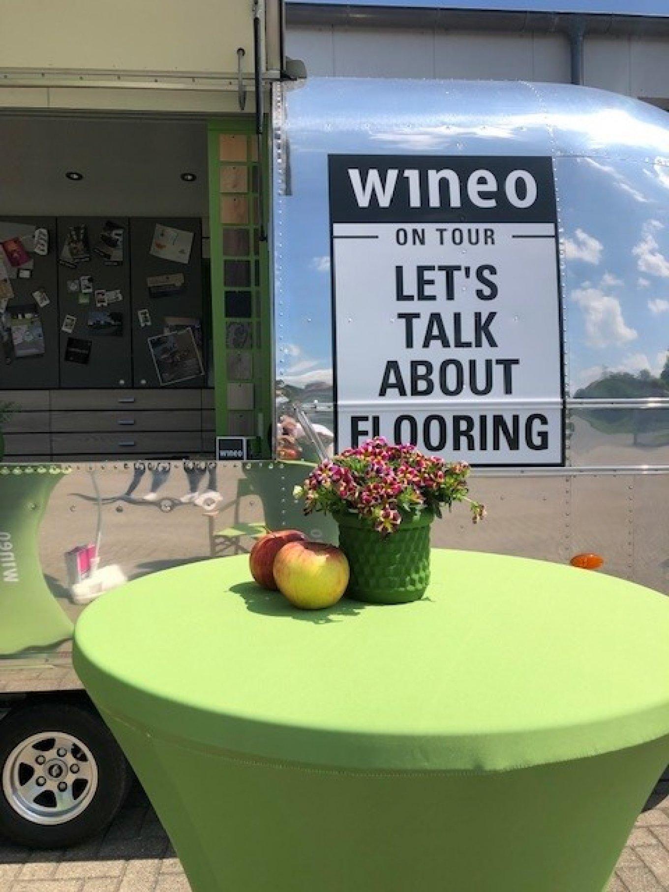 wineo Roadshow Airstream Caravan Dekoration Blumen Äpfel Lets talk about flooring