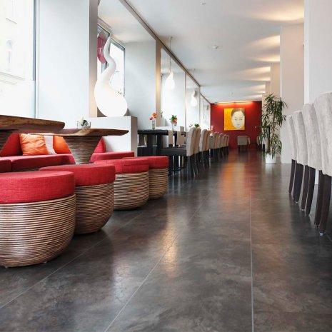 wineo Bodenbelag Steinoptik grau im Hotelrestaurant