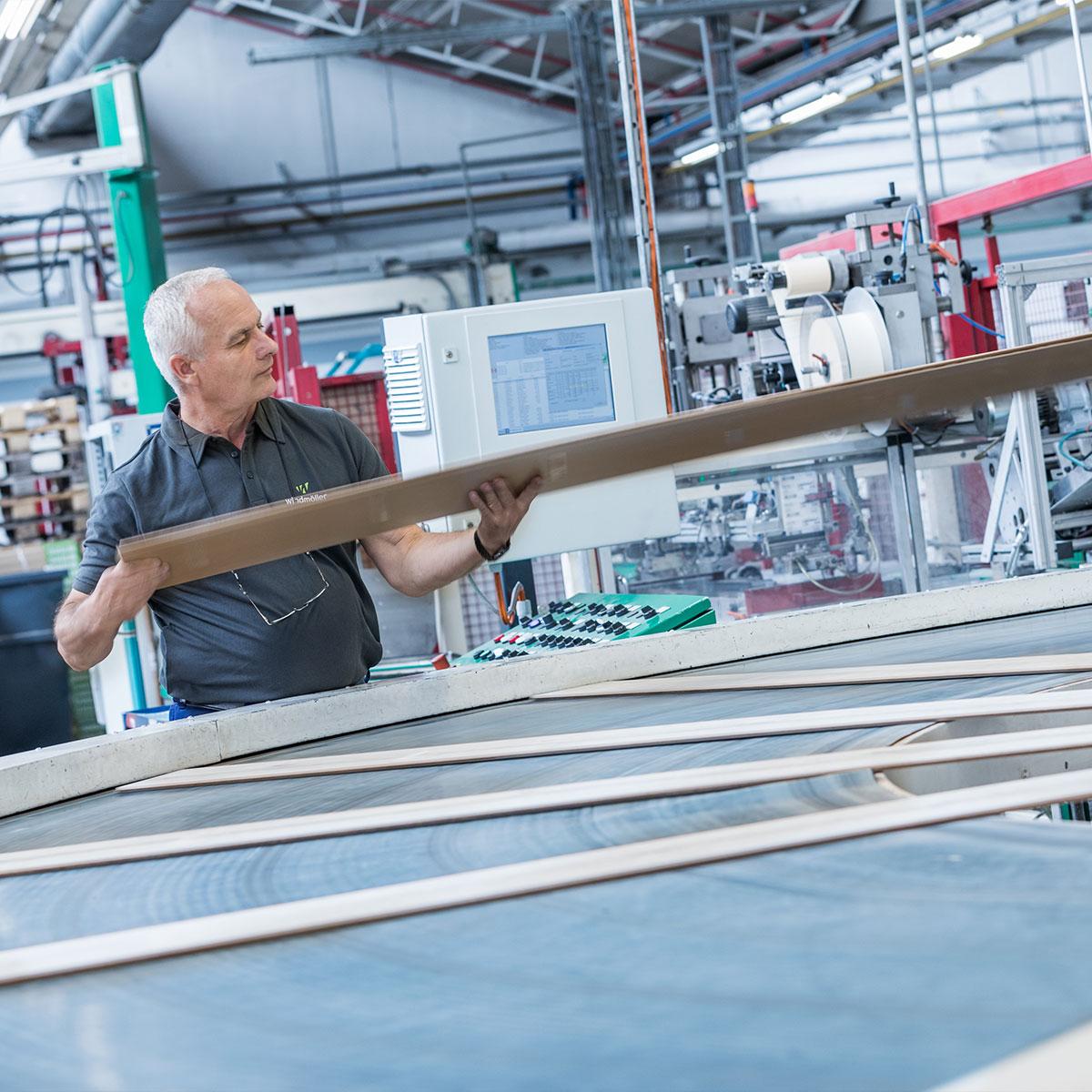 wineo Laminatboden Qualitätskontrolle Qualität Produktion Mitarbeiter