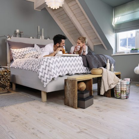 wineo Laminatboden Eiche hell im Schlafzimmer mit einem Paar