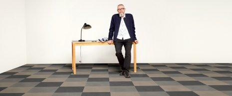 wineo Bodenbelag im Schachbrettmuster mit einem Mann und einem Tisch