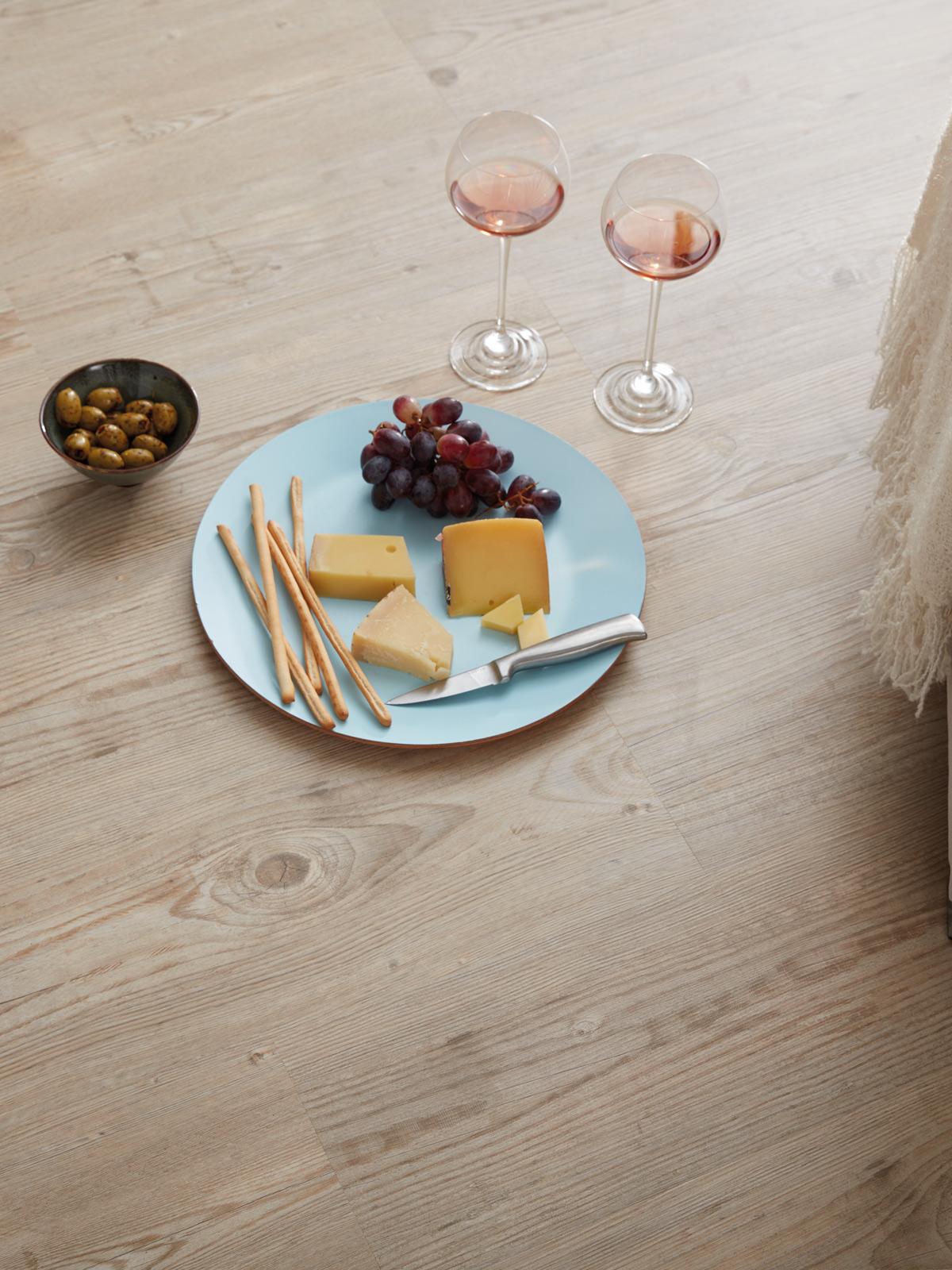 wineo Bodenbelag Teller mit Essen Weinglas