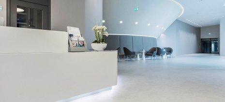 Eingangsbereich elastischer Bodenbelag grau Rollenware Krankenhaus
