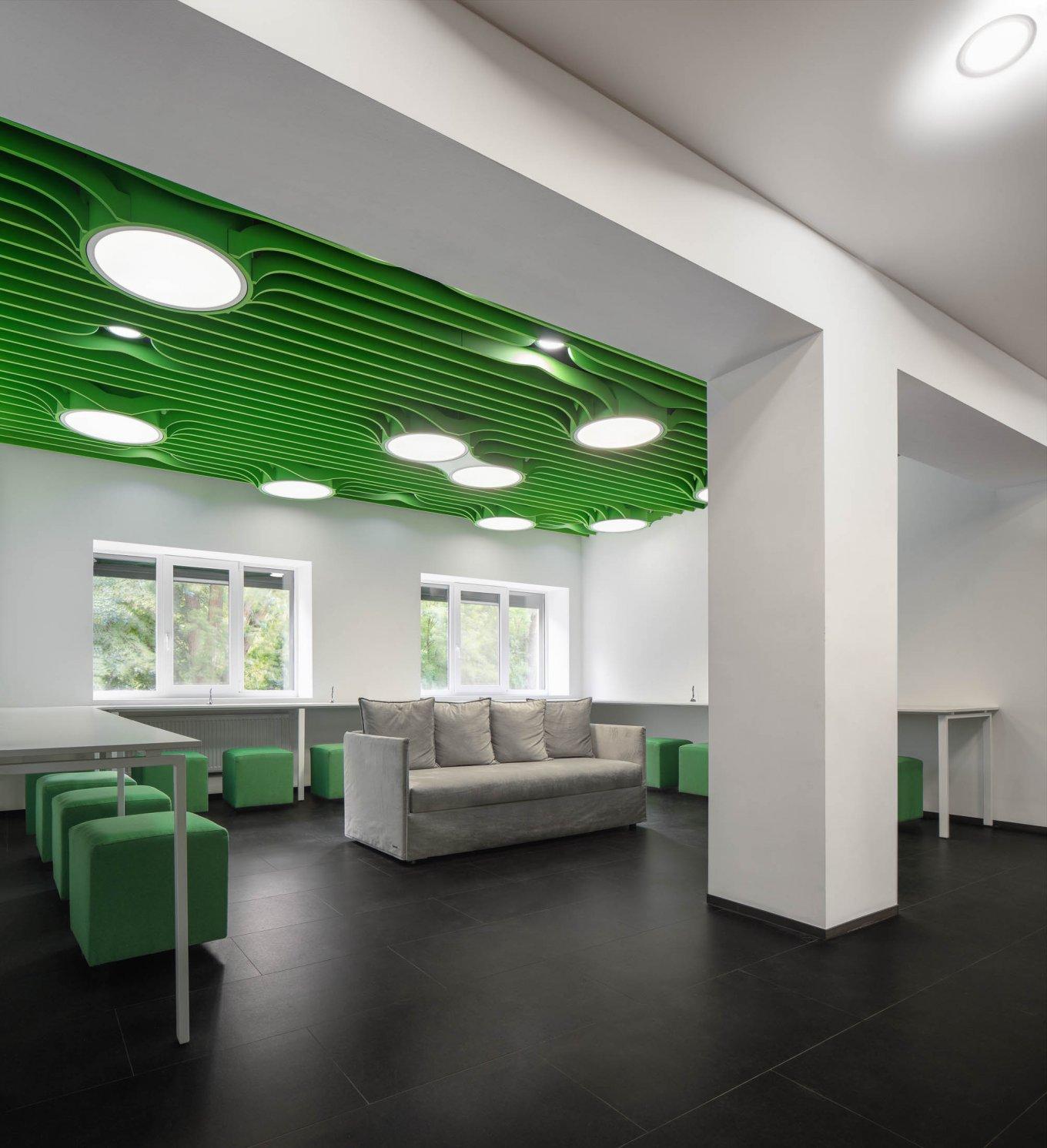 Referenz Objekt Büro Arbeitsplatz Bodenbelag Fussboden Dunkel Fliesenformat
