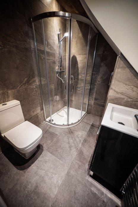 wineo Designboden Badezimmer moderne Einrichtung Toilette Dusche Waschbecken Fliesenoptik
