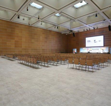 wineo PURLINE Bioboden Referenz in Kongresssaal mit Betonoptik in Fliesenformat