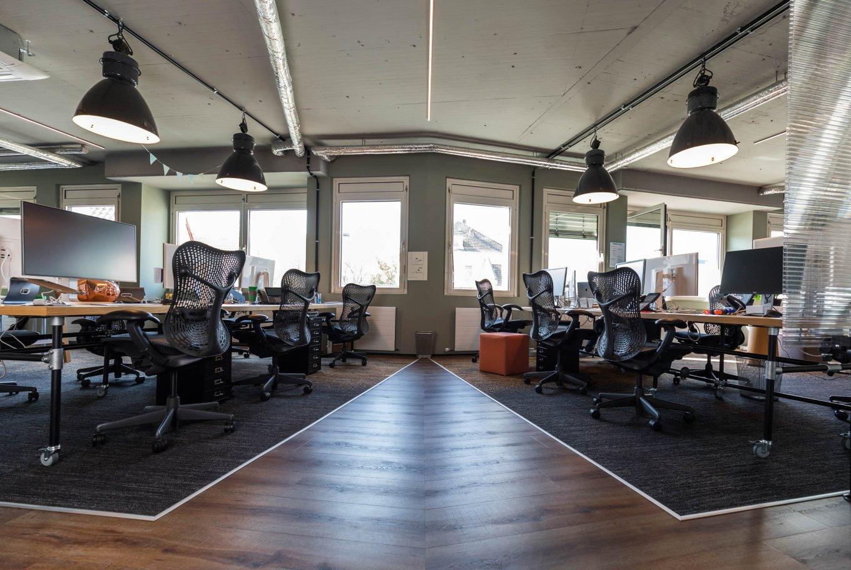 Referenzobjekt Digitalagentur Webagentur Bielefeld Bodenbelag Designboden Wokspace Büro Fussboden dunkel