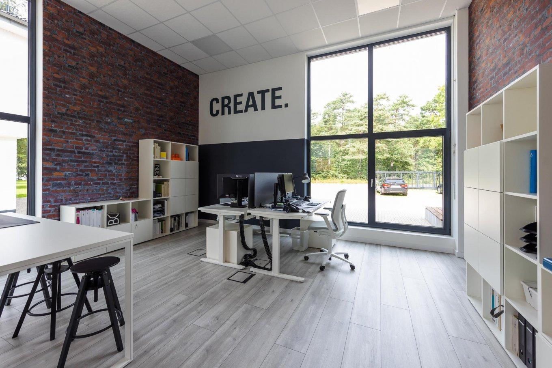 wineo workspace PURLINE Bioboden moderne Einrichtung im Büro höhenverstellbarer Schreibtisch Besprechungstisch Schreibtischstuhl Bodenbelag Fußboden