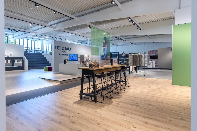 wineo workspace PURLINE Bioboden Meetingbereich Messestand Ausstellung Tribüne Bodenbelag Fußboden spanische Treppe