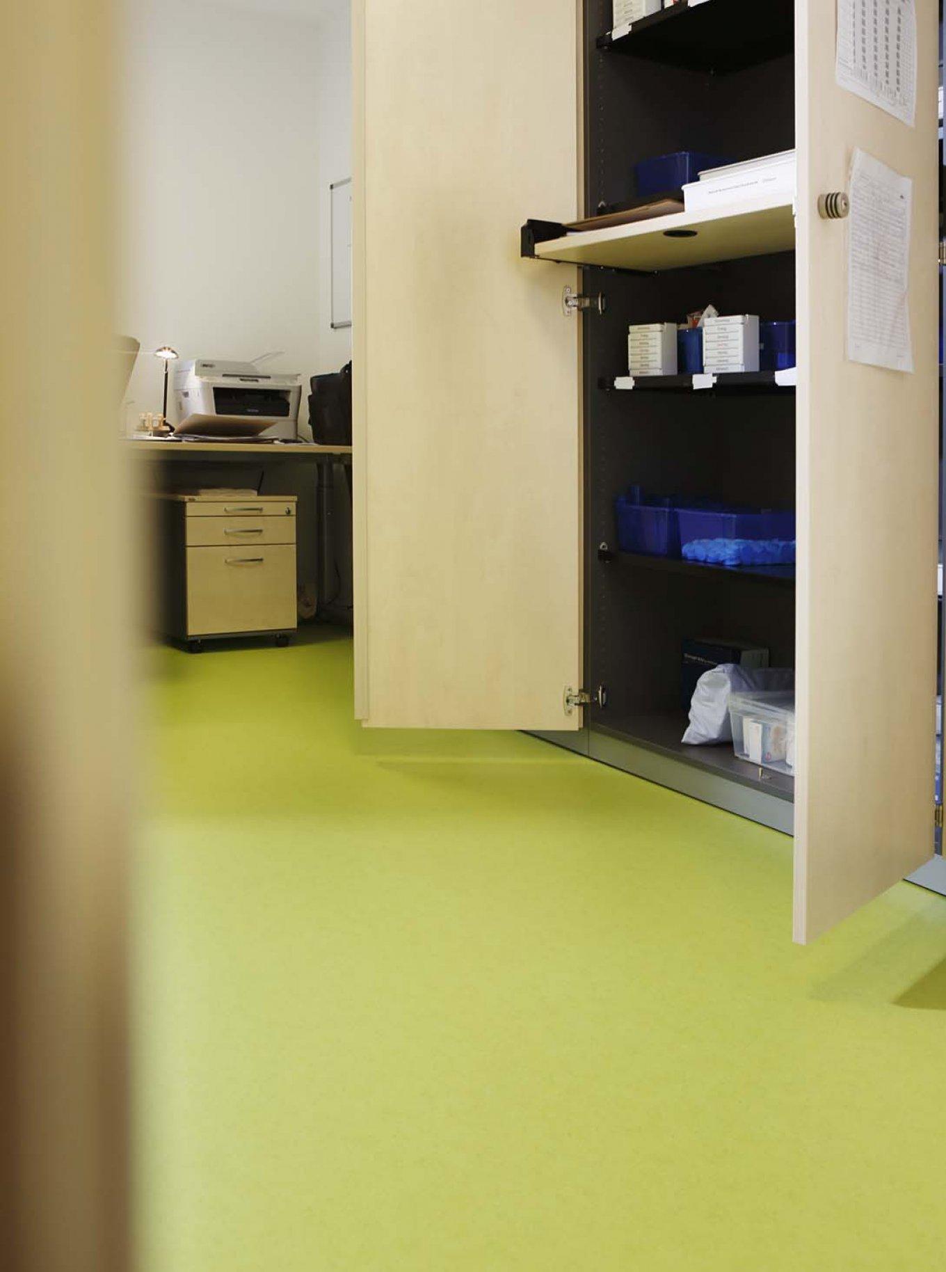 wineo PURLINE Bioboden im Altenpflegeheim Büro Bodenbelag grün
