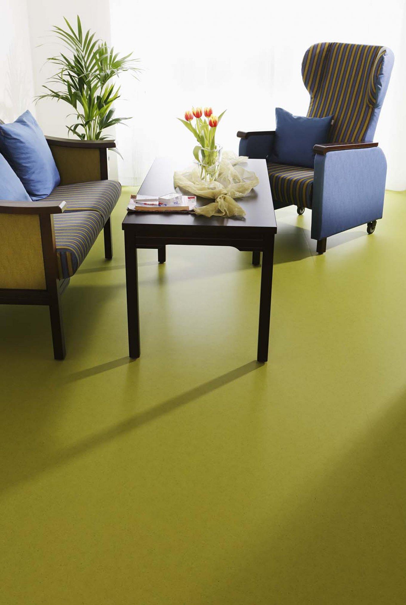 wineo PURLINE Bioboden im Altenpflegeheim Sofa Sessel Couch Bodenbelag grün