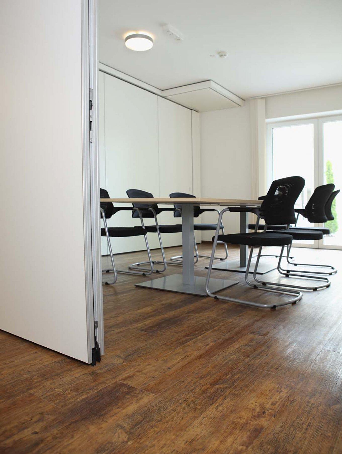 wineo Designboden im Seniorenheim Besprechungsraum moderne Einrichtung Holzoptik