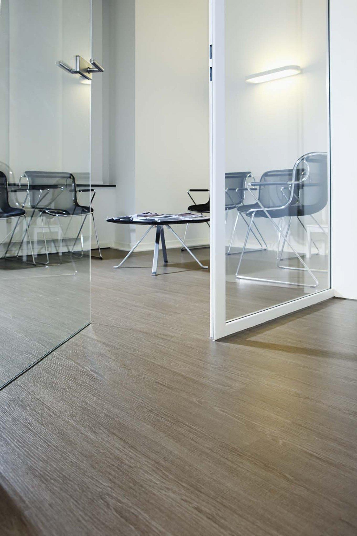 wineo Bodenbelag in Arztpraxis Wartezimmer Holzoptik moderne Einrichtung
