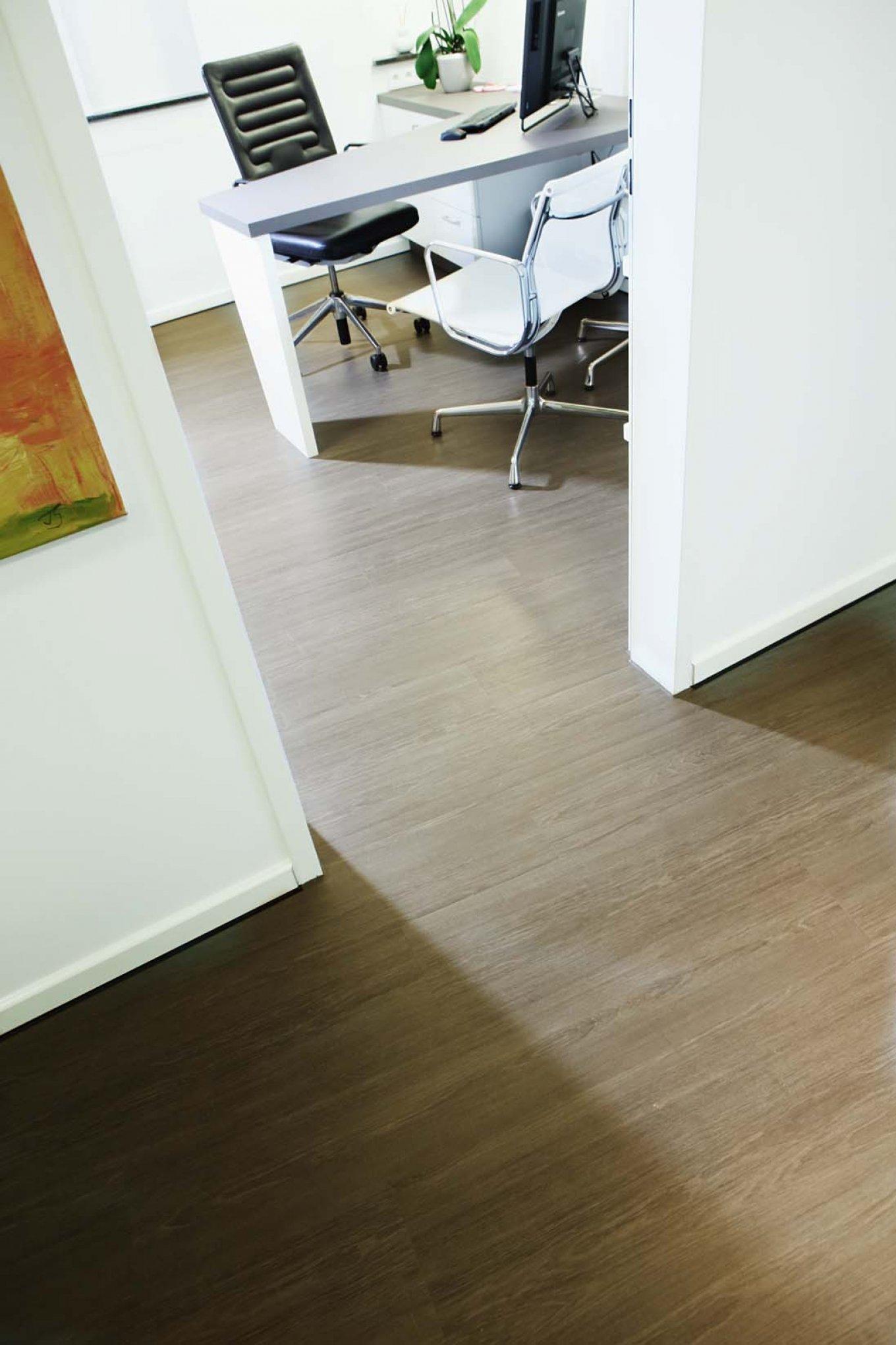 wineo Bodenbelag in Arztpraxis Bürostuhl Holzoptik moderne Einrichtung Praxisraum Behandlungsraum Vinylboden