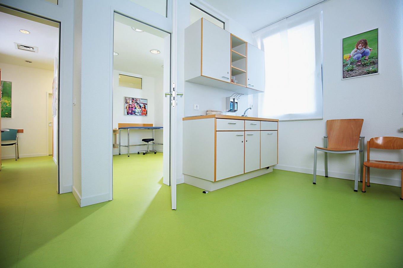 wineo PURLINE Bioboden Kinderarzt Praxis Behandlungsraum Praxisraum Bodenbelag grün