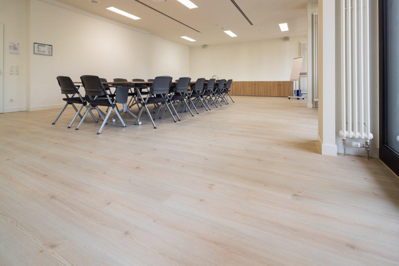 wineo PURLINE Bioboden Klinik Palliativmedizin Besprechungsraum Schulungsraum moderne Einrichtung Stuhl Bodenbelag