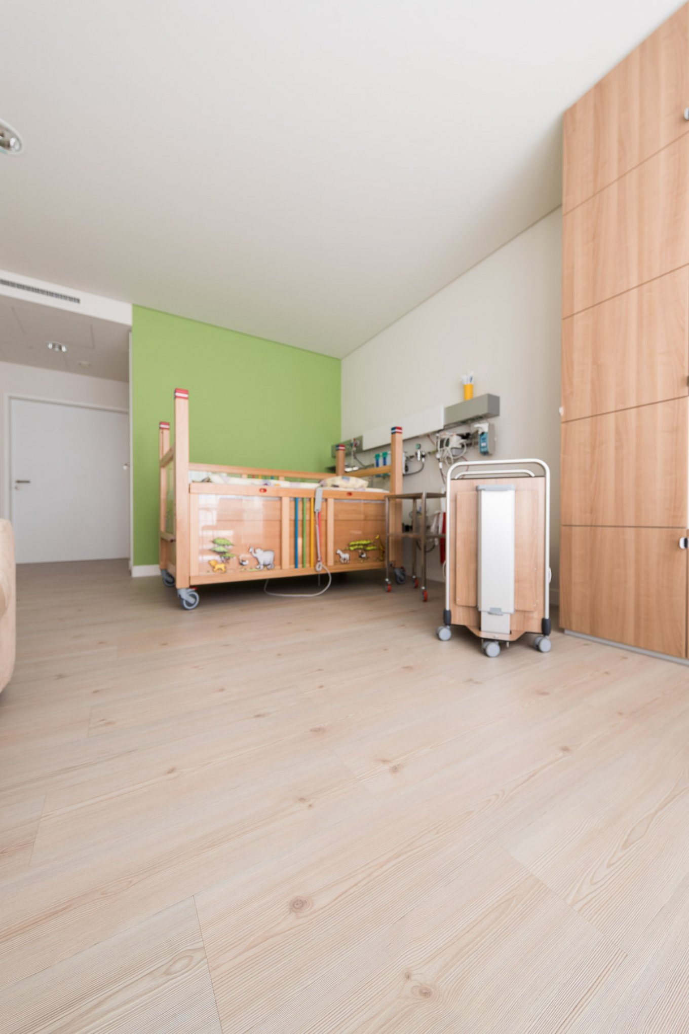 wineo PURLINE Bioboden Klinik Palliativmedizin Behandlungszimmer Patientenzimmer moderne Einrichtung Kinderbett