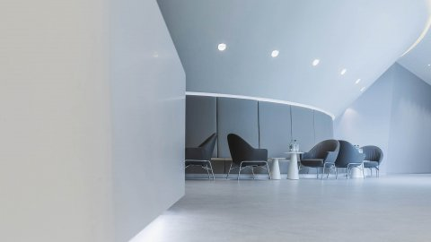 wineo Purline Bioboden Rollenware weiß Empfang Foyer Wartebereich Sitzmöbel modern hell Klinikum