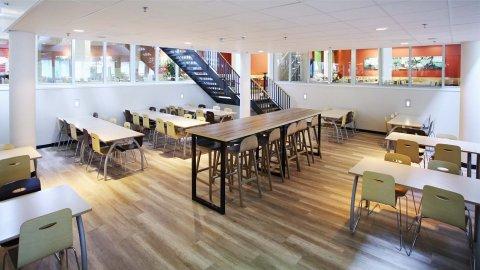 wineo Purline Bioboden Holzoptik Tische Stühle Klinikum modern