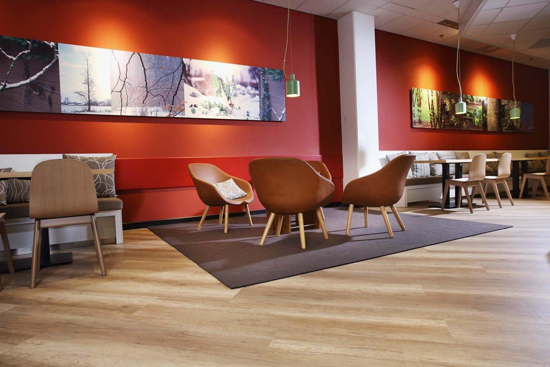 wineo Purline Bioboden Restaurant Tische Sessel rot Klinikum modern gemütlich