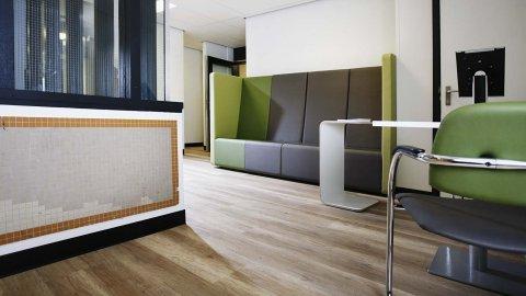 wineo Purline Bioboden Sitzmöbel grün Wartebereich Klinikum