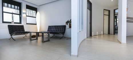 wineo Purline Bioboden hell Wartebereich modern sauber Zahnarztpraxis