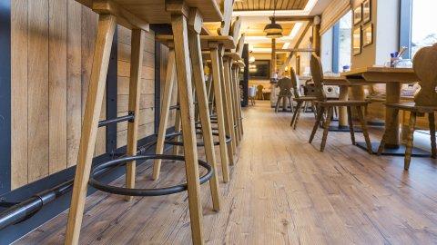 wineo Purline Bioboden Holzoptik Bar Barhocker Hotel Holz Westernstyle rustikal