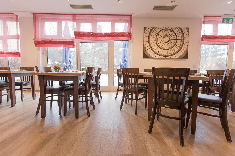 wineo Bodenbelag im Hotel Essbereich Restaurant rustikal Holzoptik Stühle
