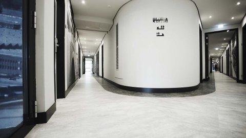 wineo Purline Bioboden schwarz weiß modern Flur Hotel Gang