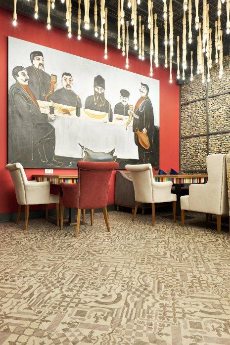 wineo Designboden Mosaik Muster grau Restaurant Kultur