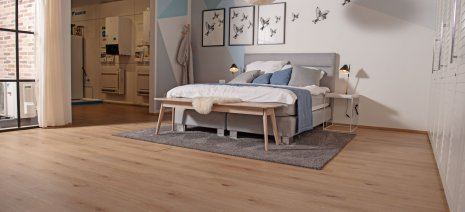 wineo Purline Bioboden Holzoptik Schlafzimmer Showroom